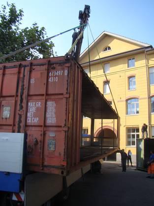 Der Container wird abgeladen