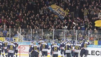 Langenthals Fans feiern ihre Mannschaft nach dem achten Sieg in Serie, dem 8:2 in Visp (Archivbild)
