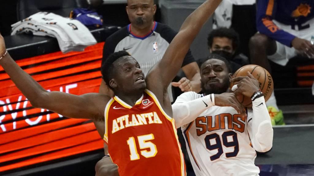 Clint Capela (Nr. 15) kämpft mit Jae Crowder von den Phoenix Suns um den Ball
