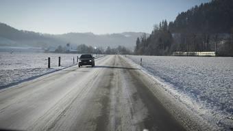 Nach dem Schneefall von Dienstagnacht führten vereiste und verschneite Strassen wie in Hasle-Rüegsau BE zu zahlreichen Unfällen mit Blechschaden. Bis am Freitag rechnen Meteorologen mit bis zum 80 Zentimeter Neuschnee.