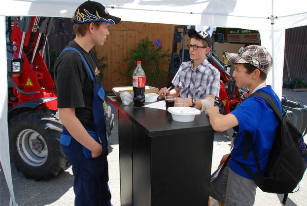 Aufmerksam hören die beiden Schüler zu, was der angehende Landmaschinenmechaniker über seinen Beruf zu berichten hat.