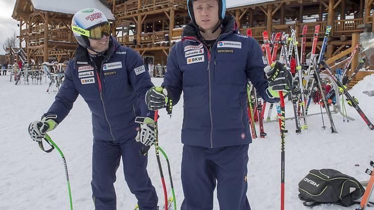 Die Swiss-Ski-Fahrer Nils Mani (rechts) und Ralph Weber verlassen das Zielgelände von Lake Louise unverrichteter Dinge