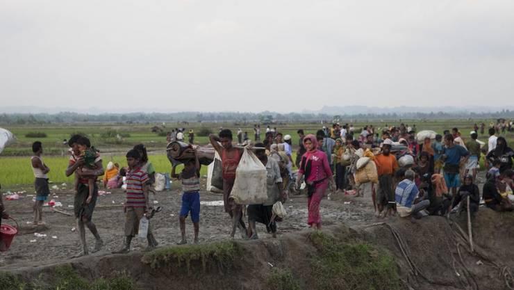 Flüchtende Angehörige der muslimischen Rohingya-Minderheit aus Myanmar an der Grenze zu Bangladesch.