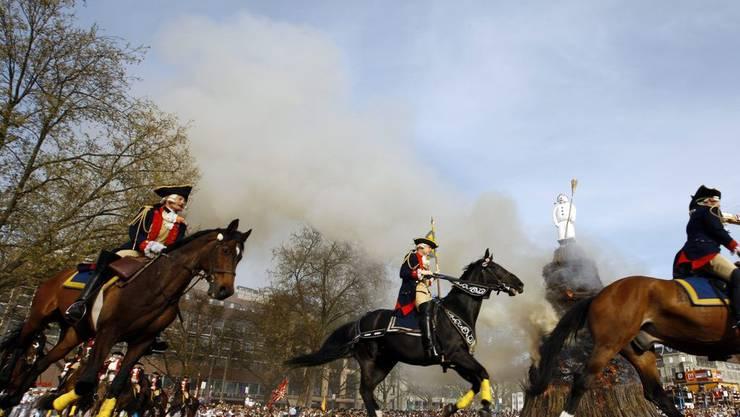 Ritter galloppieren um den brennenden Böögg
