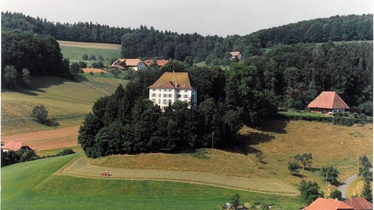 Vor einigen Jahrzehnten war das Schloss noch umgeben von viel Wald und keinen Häusern