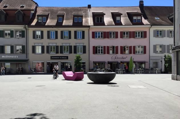Trotz Drohung der Stadt: Noch immer steht am Dienstagmittag das pinke Enzo-Möbel auf der Kirchgasse.