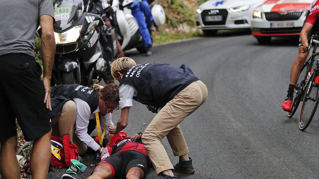 Der Australier Richie Porte wird nach seinem schweren Sturz behandelt