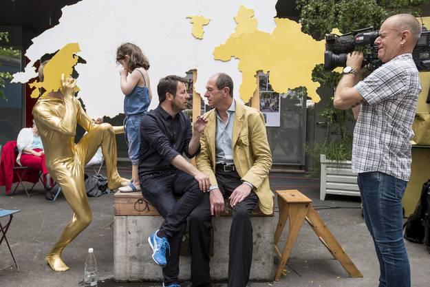Die Initianten Daniel Haeni, links, und Enno Schmidt, rechts, am Abstimmungsfest der Initianten der Grundeinkommensinitiative