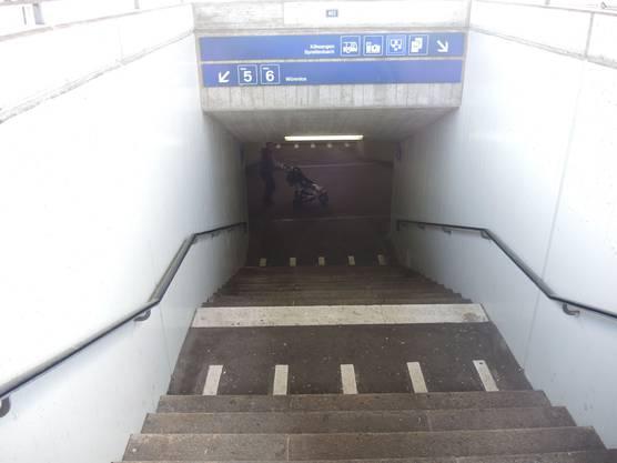 Nur Treppen führen auf die Perrons