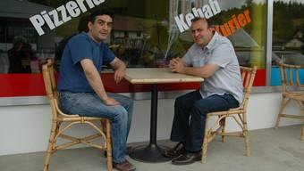Ahmet Yildirim (rechts) und Hüseyin Tune vor ihrem «Holziker Treff».