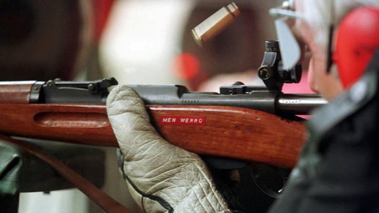 Schütze schiesst mit Karabiner. (Archiv)