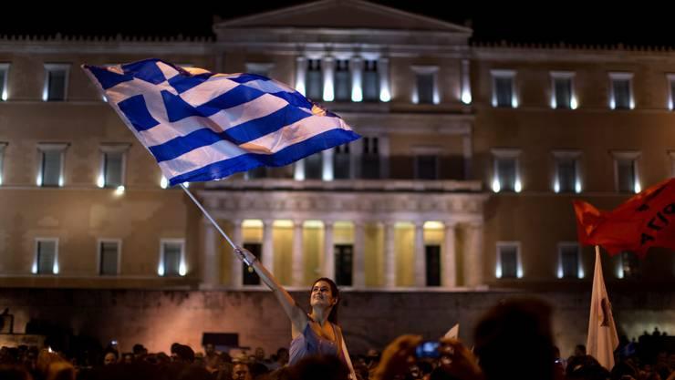 Eine Griechin, die offensichtlich Nein zum EU-Sparprogram gestimmt hat, am Sonntagabend auf dem Syntagma-Platz vor dem Parlamentsgebäude in Athen.