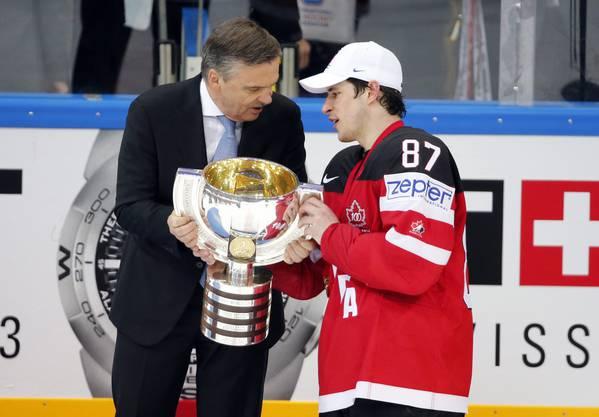 IIHF-Chef René Fasel übergibt den Pokal an Superstar Sidney Crosby