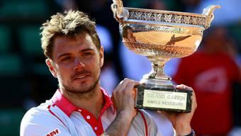 Das Siegerlächeln für die Weltpresse mit dem Pokal – mit ein paar Tränen in den Augen.