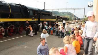 Attraktion: Zwei Wochen lang zog es Jung und Alt in die Bahnhöfe der S9. Alle wollten sie mit der Dampflokomotive fahren. (Bild: DH)