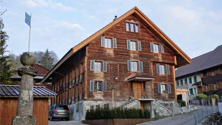 Das markante Haus in Wiggwil bietet heute drei Wohnungen mit modernem Komfort.