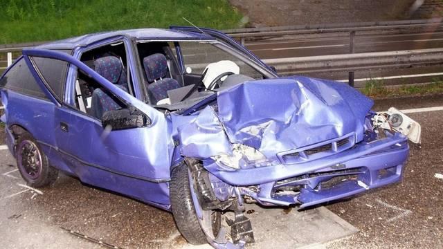 Ein Bild, das seltener geworden ist: Zerstörtes Auto nach einem Unfall (Symbolbild/Bild Kantonspolizei St. Gallen)