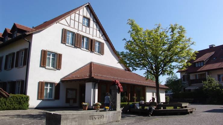 Soll saniert und umgebaut werden: Die Aescher Gemeindeverwaltung.  flavio fuoli