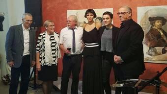 Peter Rothenbühler (v.l.), Anita Aerni, Künstler Christoph Aerni, Najet Korel, Nina Burri und Altbundesrat Adolf Ogi an der Vernissage der Atelierausstellung.
