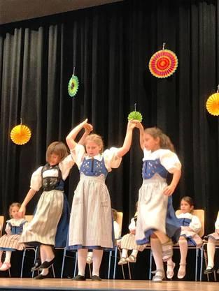 Kinder-Volkstänze und südländische Lieder