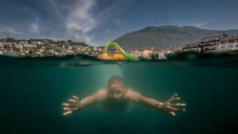Junge schwimmt im Lago Maggiore.