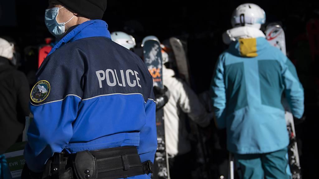 Die Walliser Kantonspolizei zeigte zwölf Personen bei der Staatsanwaltschaft an, die sich nicht an die Quarantänevorschrift gehalten hatten (Archiv).