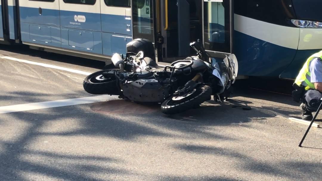 Kreis 5: Motorradfahrer kollidiert mit Tram - schwer verletzt