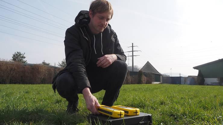 Der Elektrobiologe Valentin Schmid aus Zeihen misst mit verschiedenen Messgeräten die Strahlenbelastung in Häusern und auf Grundstücken.