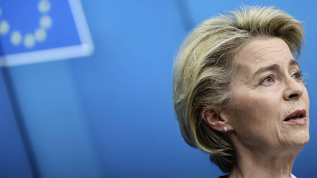 Ursula von der Leyen, Präsidentin der Europäischen Kommission, spricht während einer Pressekonferenz. Foto: Johanna Geron/Pool Reuters/AP/dpa