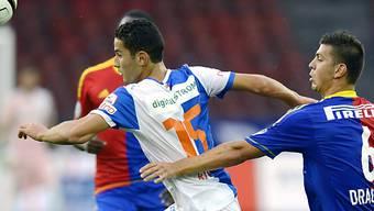 Nassim Ben Khalifa (l.) setzt sich gegen Aleksandar Dragovic durch