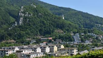 Die imposante Ravellenfluh thront über der bis an die Flanken hingewachsenen Gemeinde.