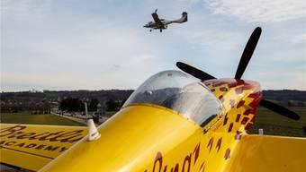 Ein Flugzeug im Anflug auf den Flughafen Grenchen über dem Trainingsflieger auf dem Kreisel.
