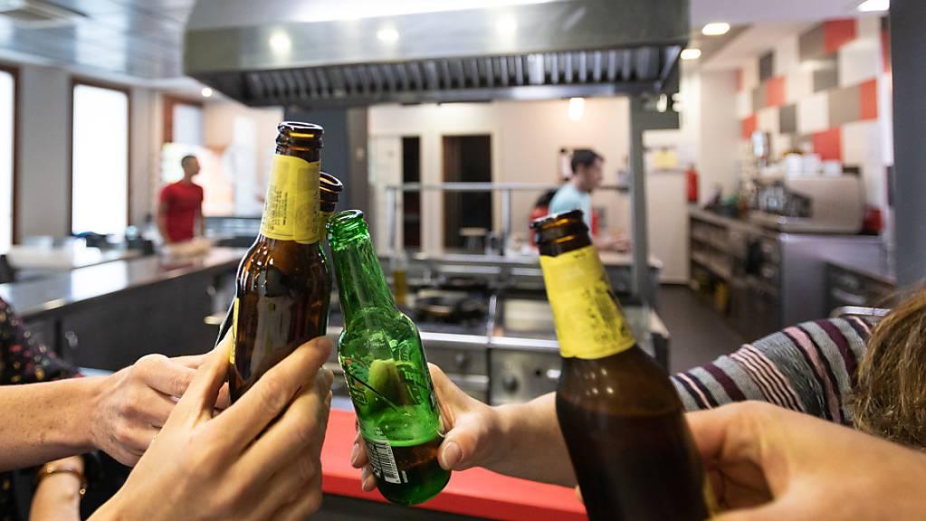 Mehrere Personen stoßen mit Bierflaschen in der gastronomischen Gesellschaft Larragorri in Vitoria-Gasteiz an. Im besonders schwer von der Corona-Krise getroffenen Spanien endet in der Nacht von Samstag auf Sonntag der seit dem 14. März bestehende Notstand zur Eindämmung der Pandemie. Foto: Iñaki Berasaluce/EUROPA PRESS/dpa