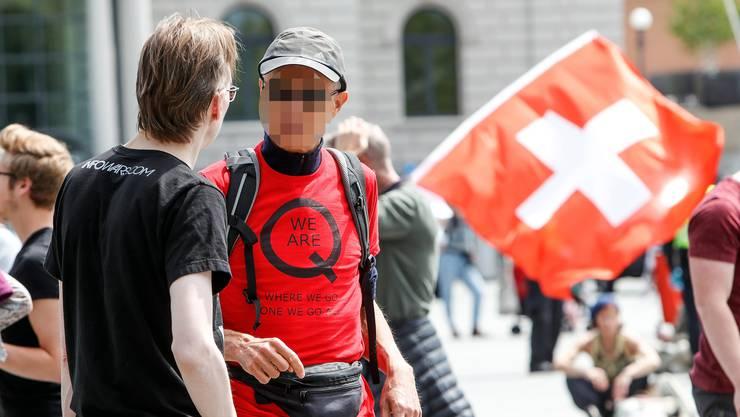 An Demos gegen die Coronamassnahmen tauchen immer wieder QAnon-Anhänger auf. Hier Mitte Mai auf dem Zürcher Sechseläutenplatz.