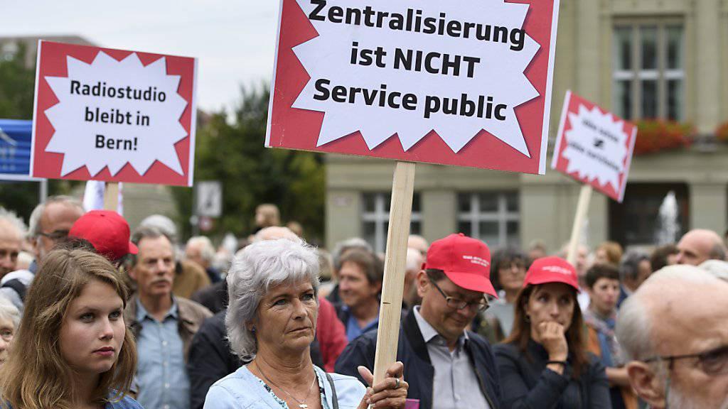 Eine Protestaktion gegen die Verlegung des Radiostudios Bern von vergangenem Sommer. Auch der Nationalrat ist nicht einverstanden mit den Plänen der SRG. (Archivbild)