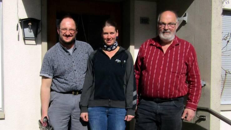 Kurt Gerber (rechts) übergibt die Obere Tannmatt an Christof und Marianne Weber aus Niederbüren SG.