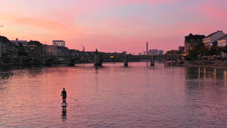 Ein Stand-up-Paddler hat den Rhein ganz für sich. Die Realität sieht in diesen Tagen anders aus.