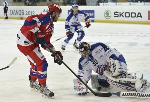 Moskaus Alexander Radulov (links) vor dem Rochester-Goalie Matthew Hackett.