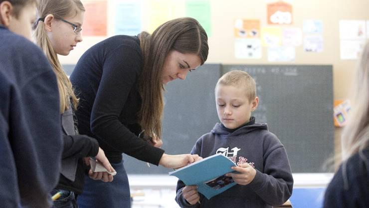 Eine junge Lehrerin an der Primarschule.
