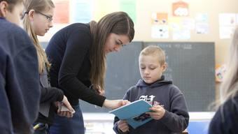 Beleibter Beruf: Eine junge Lehrerin an der Primarschule. (Symbolbild, Foto: Patrick Gutenberg)