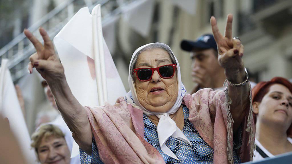 Die 88-jährige Aktivistin Hebe de Bonafini erinnert gemeinsam mit hunderten Personen auf dem Plaza de Mayo in Buenos Aires an die Verbrechen der argentinischen Militärdiktatur und fordert deren Aufklärung. (Archivbild)