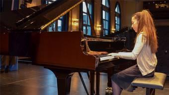 Konzentriert sitzt Valentina Barrera an ihrem Instrument.