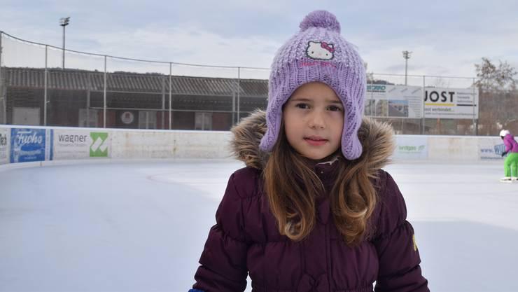 «Hier hab ich richtig viel Platz zum Schlittschuhlaufen»: Die fünfjährige Kristelle Tunaj steht zum ersten Mal auf dem Eis.