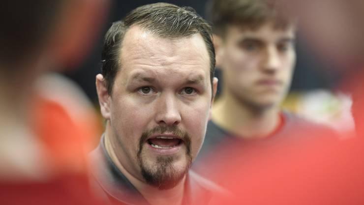 Misha Kaufmann, Trainer des HSC Suhr Aarau, während einer Ansprache an seine Mannschaft während der Partie gegen Wacker Thun.
