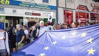 Nach dem Mord an Regierungspräsident Walter Lübcke sind am Samstag in Kassel rund 10'000 Menschen zu Protesten gegen Rechts zusammengekommen. Die Kundgebung der Rechten fiel mit rund 120 Personen wesentlich kleiner aus.