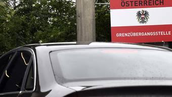 ARCHIV - Ein Fahrzeug passiert die Grenze zwischen Ungarn und Österreich. Österreich verhängt für alle Einreisenden aus Corona-Risikogebieten vom 7. Dezember bis zum 10. Januar eine zehntägige Quarantänepflicht. Ziel sei es, den Tourismus weitgehend einzudämmen, teilte die Regierung am Mittwoch in Wien mit. Foto: Harald Schneider/APA/dpa