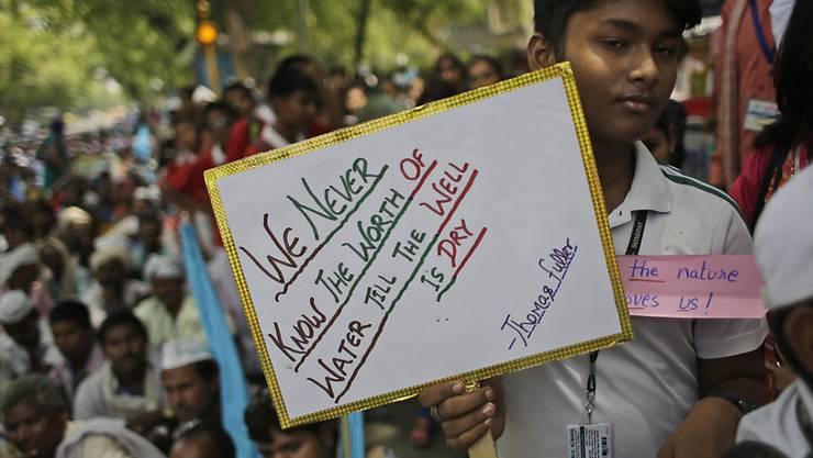 Hunderte Inder demonstrieren für einen nachhaltigeren Umgang mit Wasser. In Indien herrscht derzeit eine der schlimmsten Dürren seit Jahrzehnten.