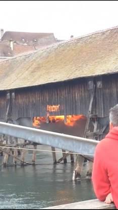 Flammen schlagen aus den Seitenwänden und dem Boden heraus.