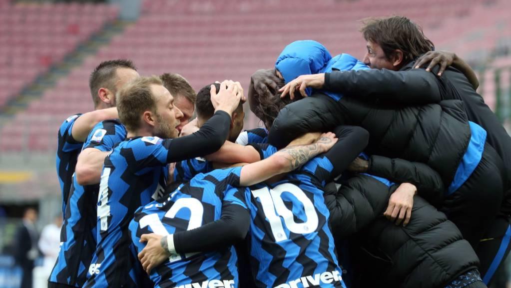 Inter Mailand gewinnt am Samstag sein Spiel in Crotone und profitiert tags darauf vom Remis des Tabellenzweiten Atalanta Bergamo bei Sassuolo