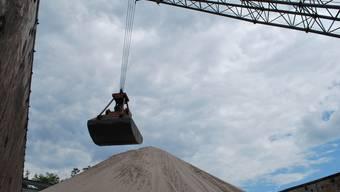Sandberge im Hafen von Rheinfelden (D), wo das Frachtschiff entladen wird. Das Sand-Geschäft boomt trotz Wirtschaftskrise.